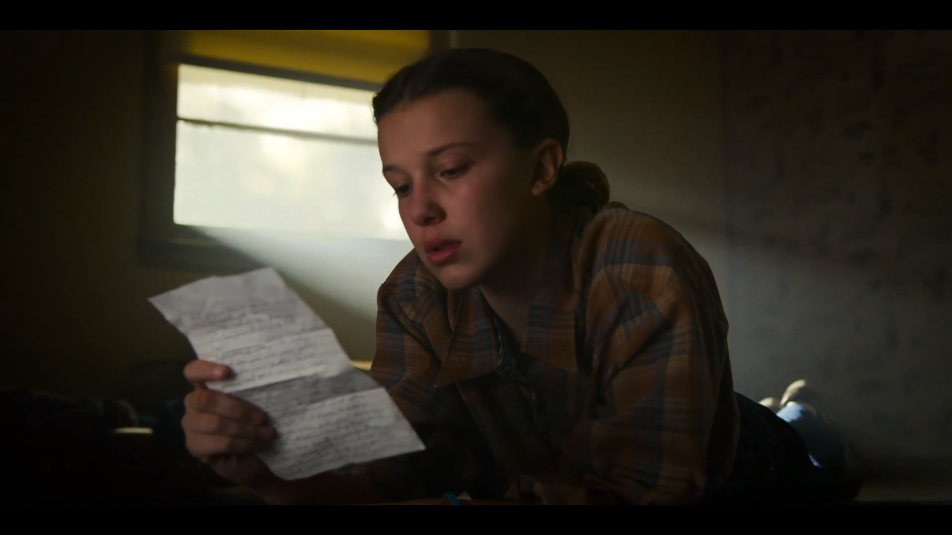 Eleven lendo a carta de Hopper, Stranger Things, 3ª temporada