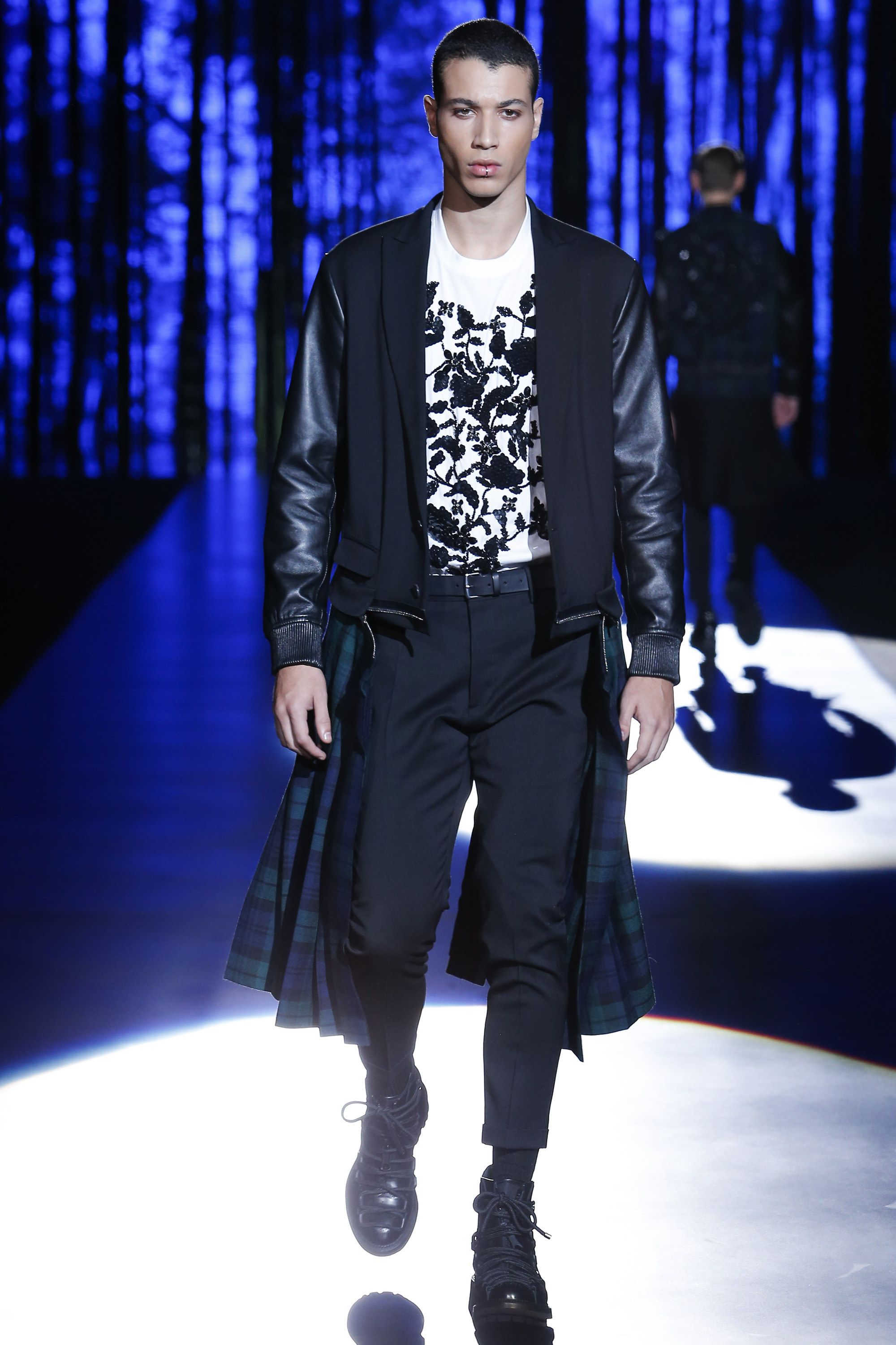 See the complete Dsquared2 Fall 2016 Menswear collection. 79f9ab14e800