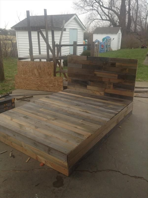 Install the #Pallets into Beautiful DIY #Bed | 101 Pallets | Paletas ...
