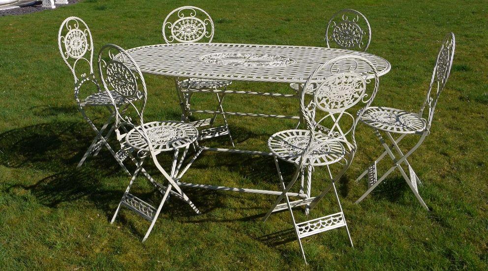 Grand salon de jardin oval avec six chaises | Agrément de ...