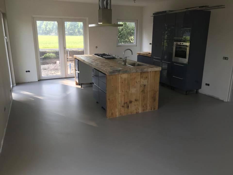 Keuken met een pu gietvloer betonlook gietvloeren