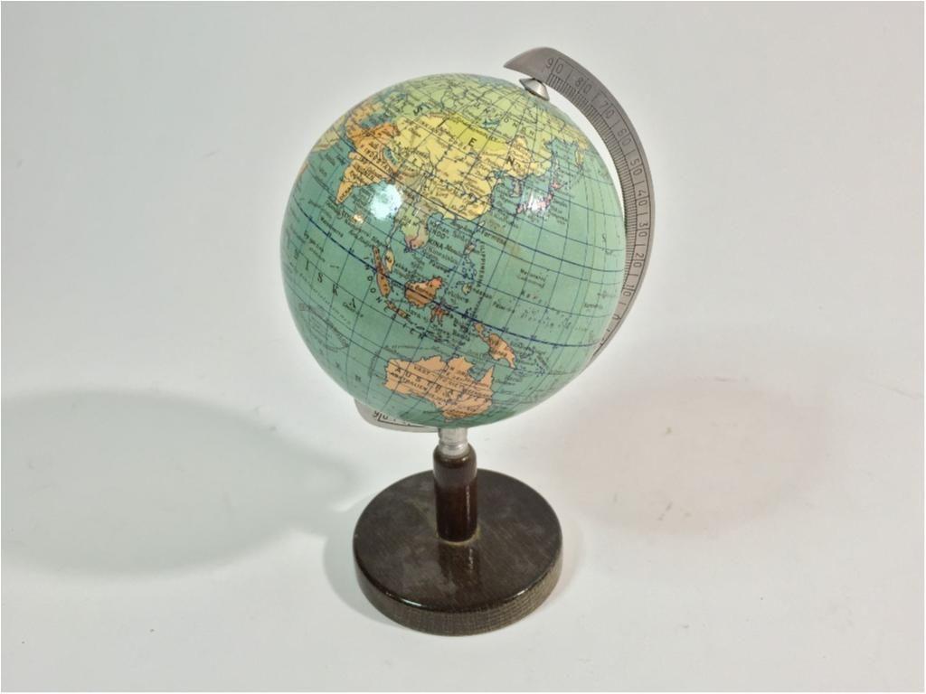 Annons på Tradera: Vintage Jordglob, 20cm hög, Fint skick!