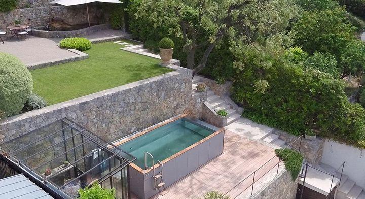 Entre piscine et spa un salon aquatique en restanque for Piscine design carre