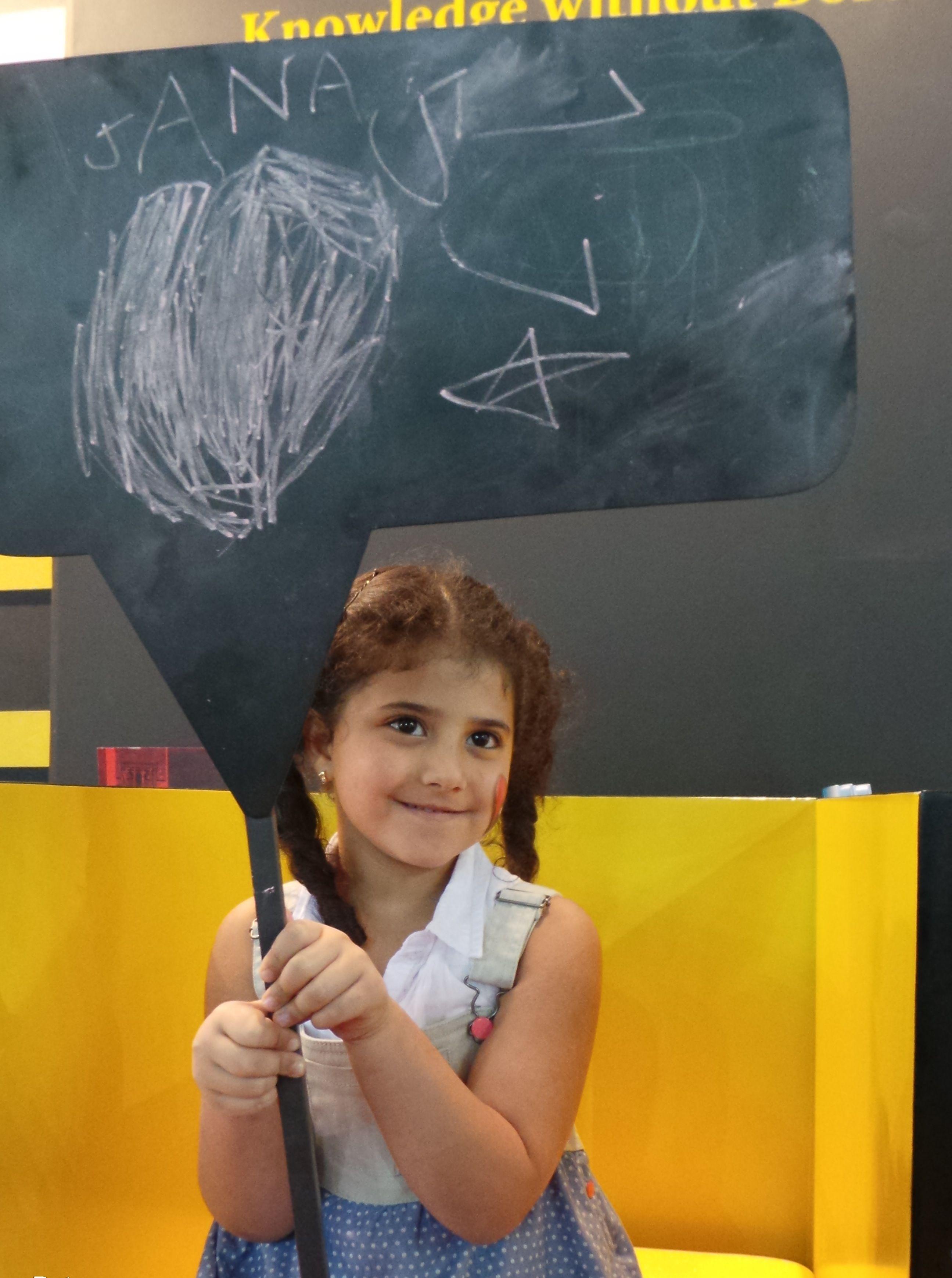 الطفلة جنا في جناح ثقافة مبادرة وجوه