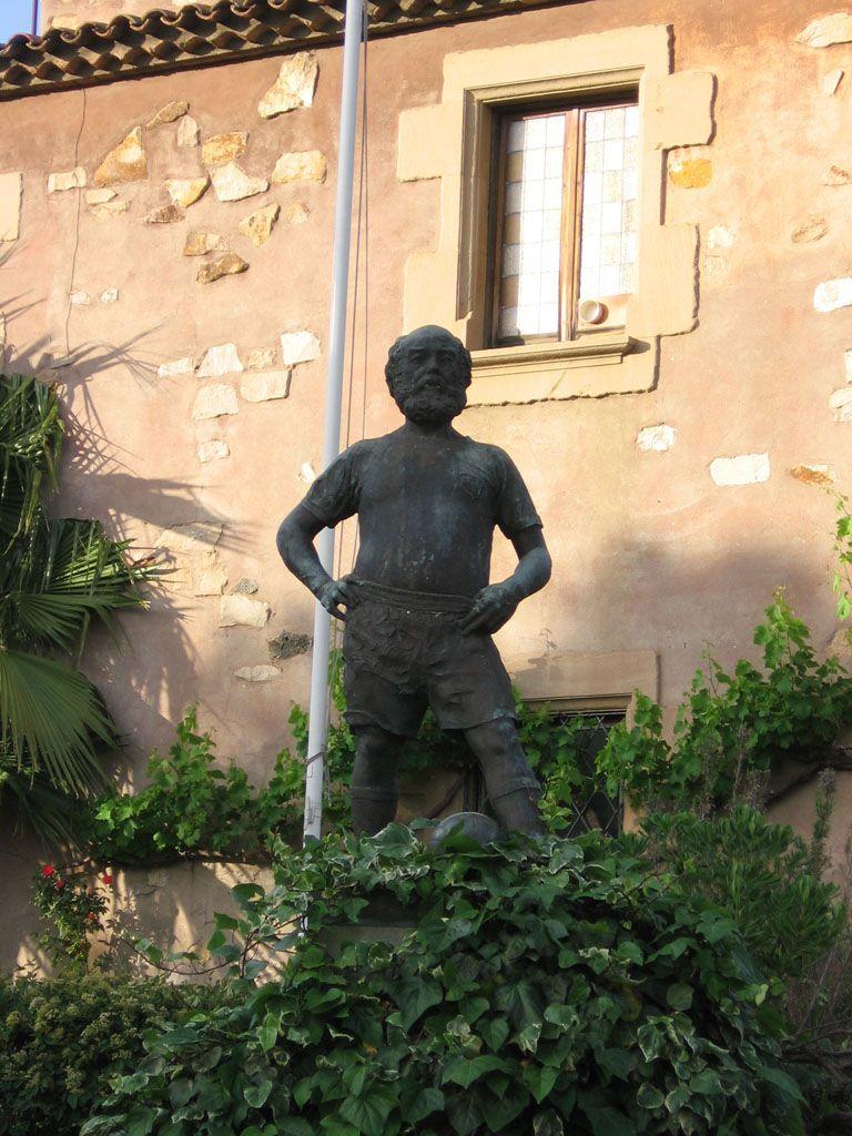 Estàtua de l'avi del Barça al jardí de La Masia de Can Planes