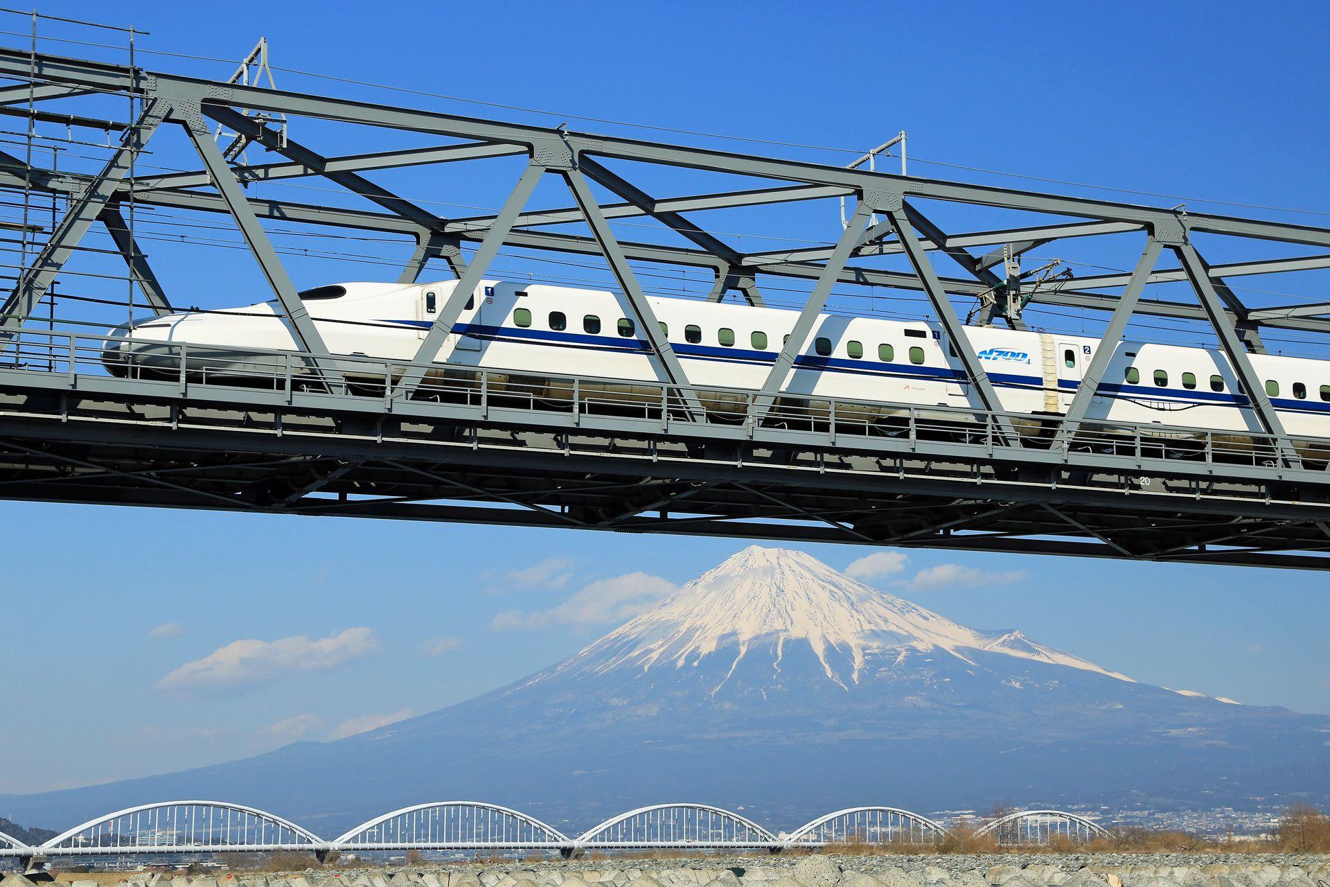 鉄橋を渡る新幹線と富士山 風景 山