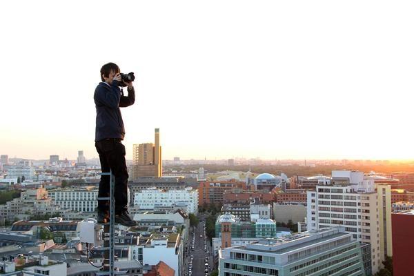 Unterwegs auf den Dächern Berlins  Mark Rautenberg klettert auf Baukräne, steht auf Mobilfunkmasten, hangelt sich an schmalen Dachvorsprüngen entlang - alles für die besten Fotos der Hauptstadt von oben. Das ist nicht immer ungefährlich.