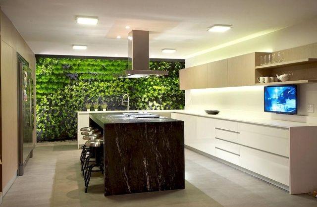 weiße Küche mit Kochinsel-Naturstein Look-begrünte Wand mit - kleine küche mit kochinsel