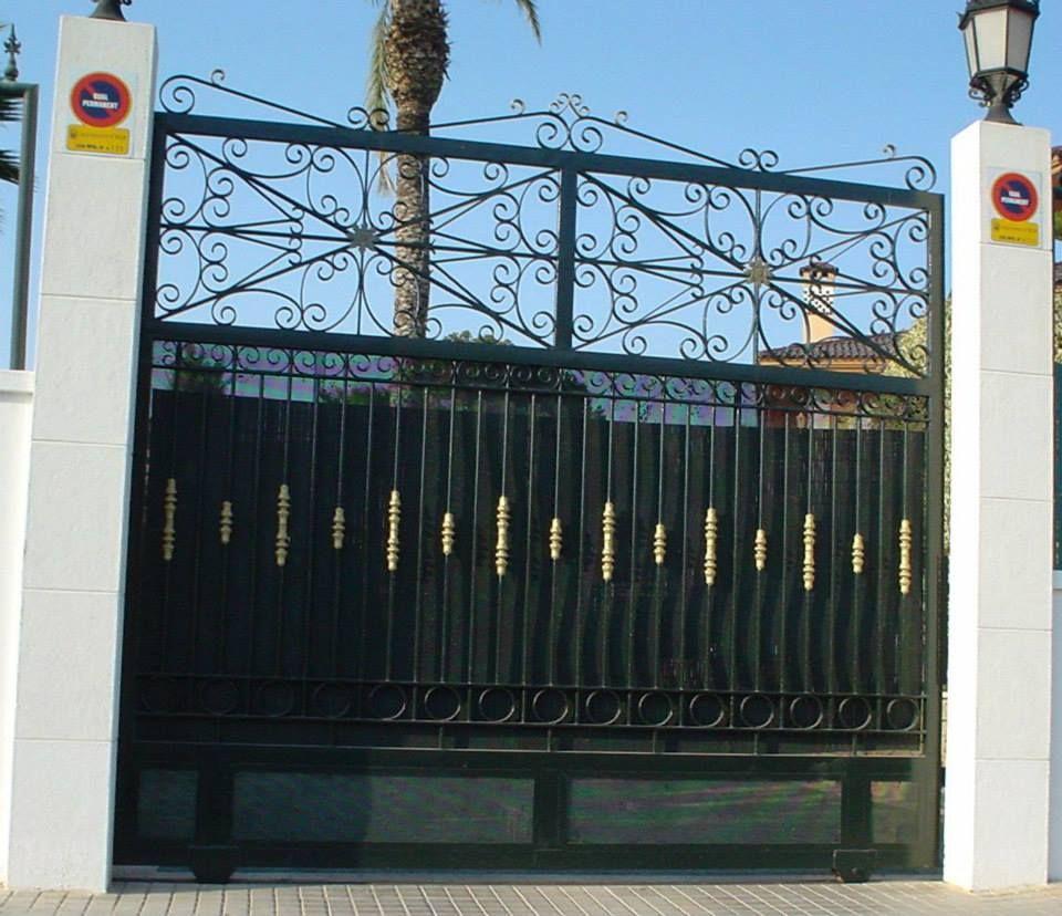 Cerramientos Candela también trabaja con puertas como esta, puerta corredera sencilla con unos adornos superiores.