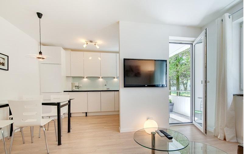 heller essbereich mit k che in wei und gro en fenstern hellem parkett und minimalistischer. Black Bedroom Furniture Sets. Home Design Ideas