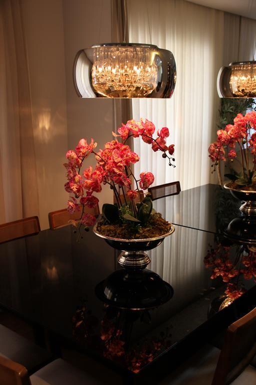 Mesa De Jantar Em Laca Preta Com Arranjo Em Orquideas Rosa By