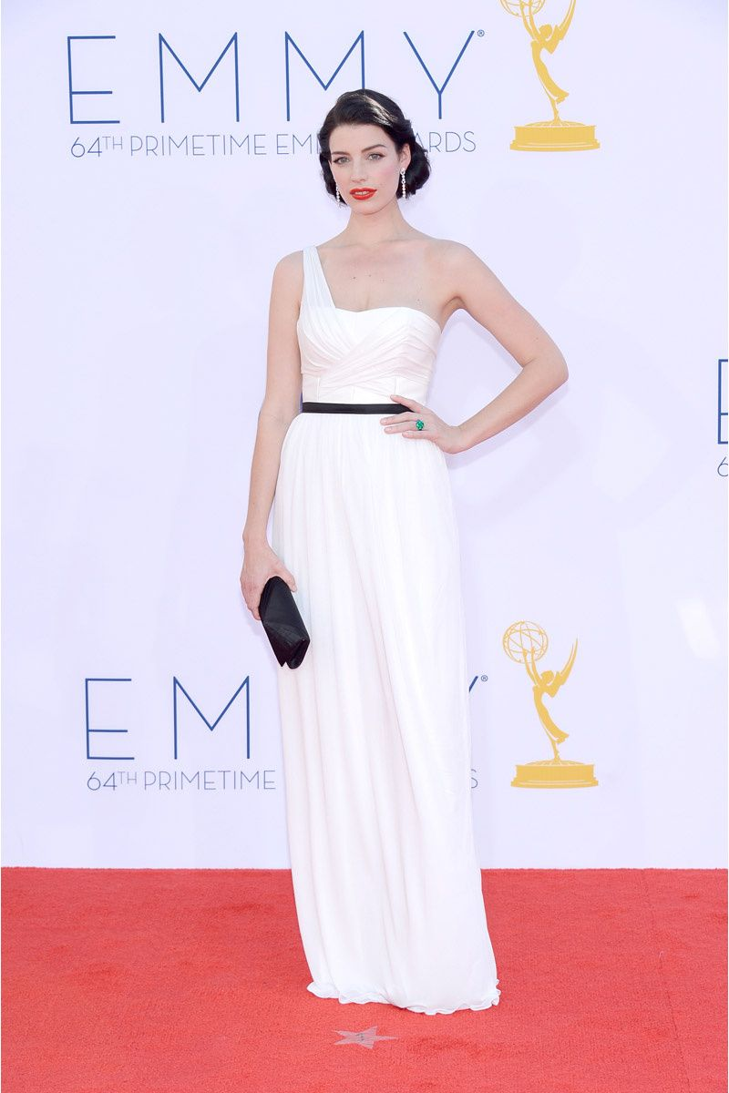 La actriz de Mad Men, Jessica Pare, con un long black dress blanco ...