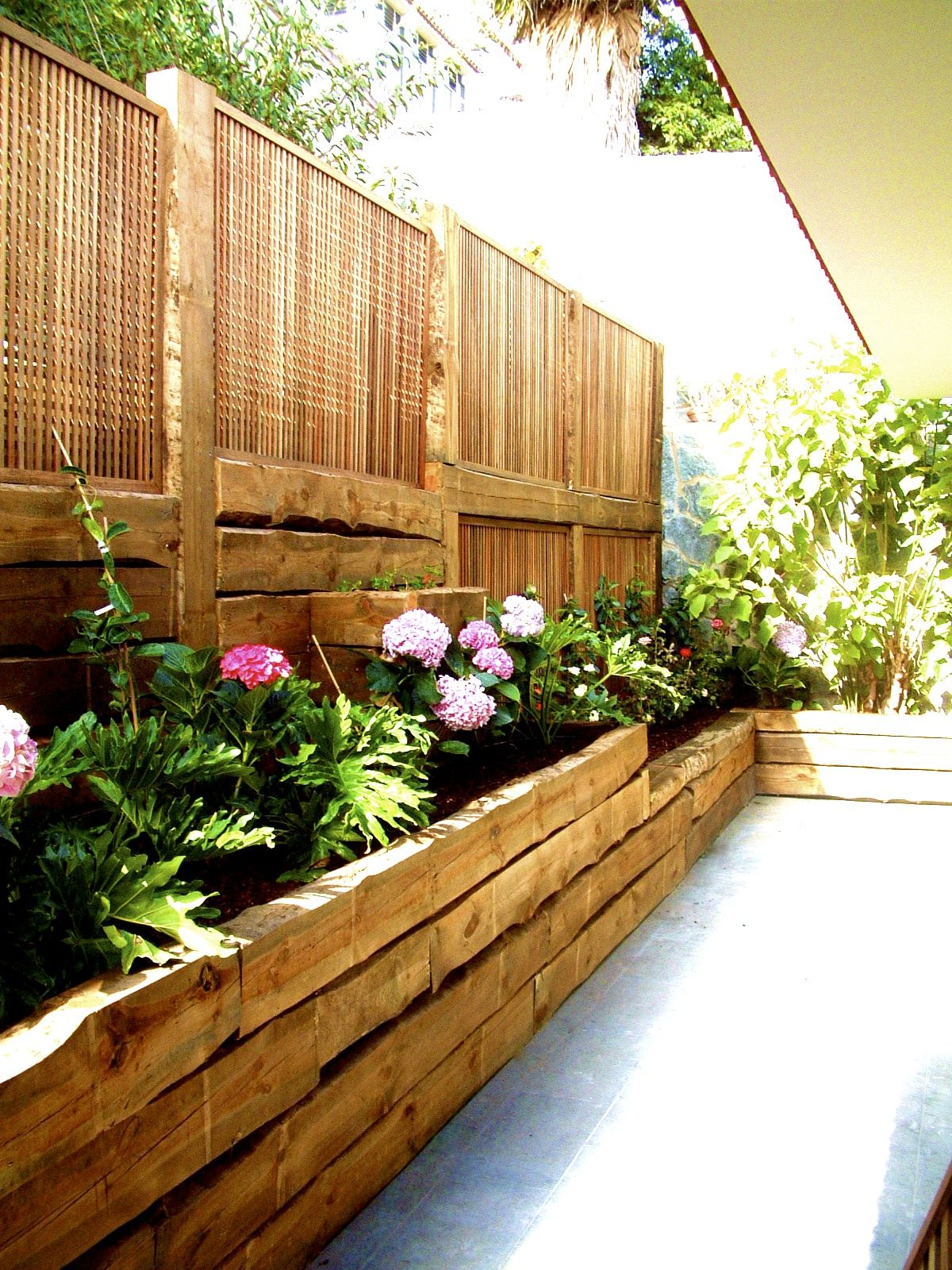Flores de mundo traviesas de tren y celosias ideas para for Jardines verticales en balcones