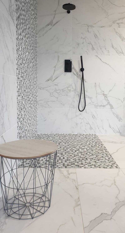 Carrelage Ceramique Imitation Marbre Blanc Dans Une Salle De Bain Douches En Marbre Salle De Bain En Marbre Carrelage Marbre Blanc