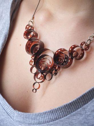 Collana fatta di pellicola fotografica esposta collane di selenio handmaderevolution - Collane di design ...