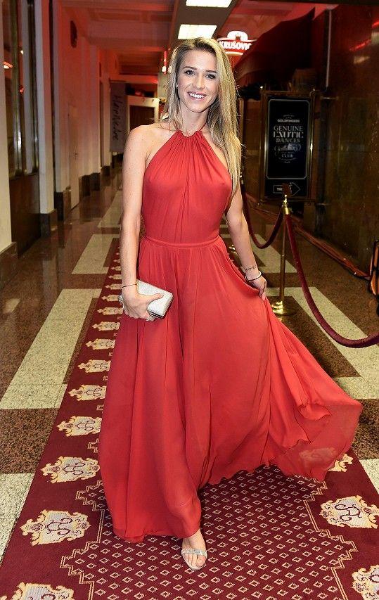 Veronika Kopřivová zvolila na finále Miss Face červené šaty ... 5e65380979