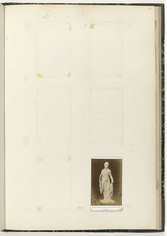 Anonymous | Carte-de-visite met beeld van Hoop, Anonymous, c. 1866 - c. 1900 | Hoop naar Thorwaldsen, onderaan staat het getal 355 gedrukt.