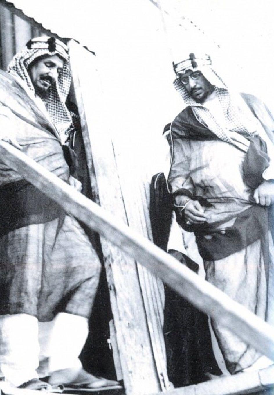 جلالته مع الملك سعود (ولي العهد آنذاك) أثناء تفقده منصة حفر بترول رأس تنورة..