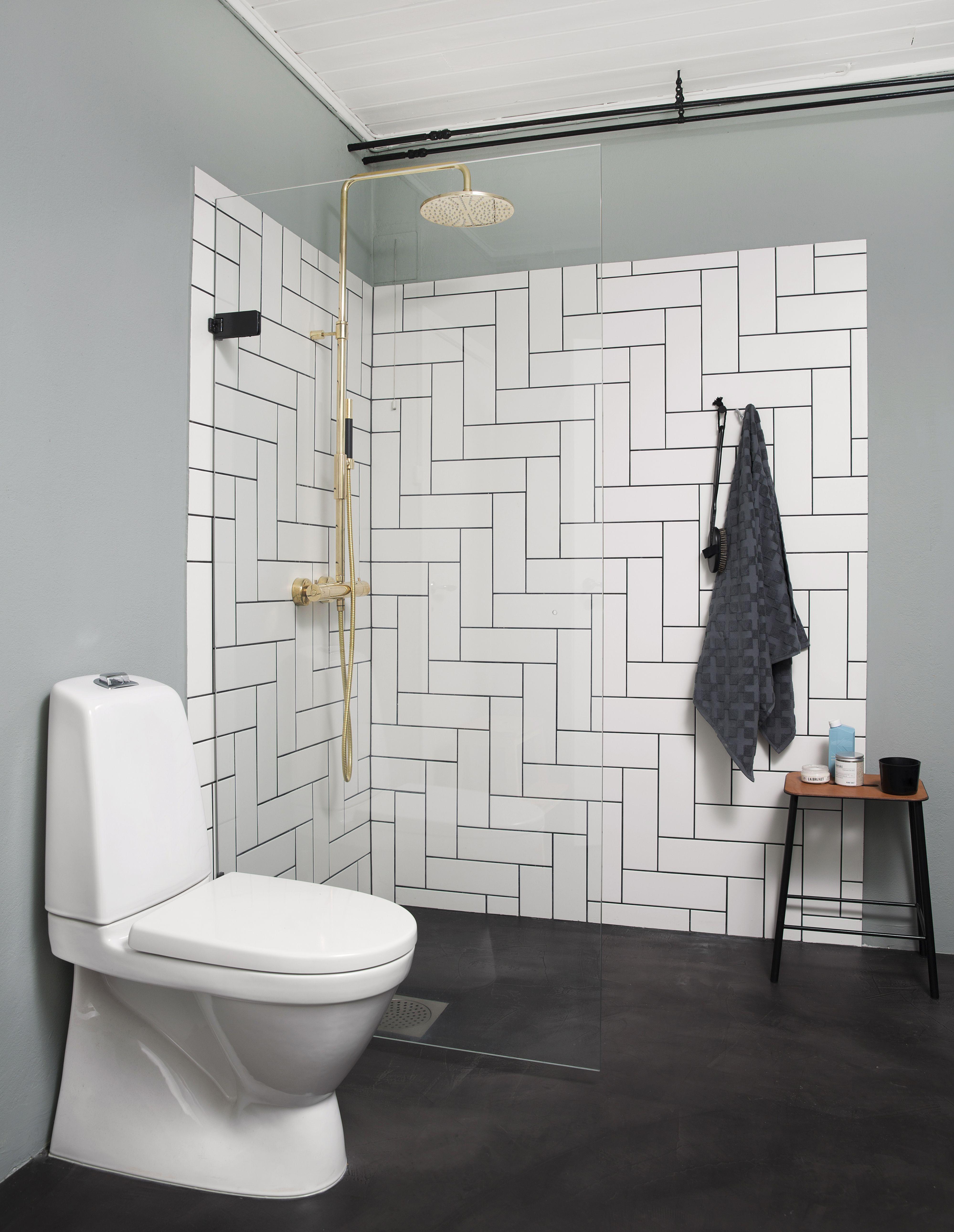 Photo of Bad med nordisk minimalisme og messing! Gulvet er laget av mikrosement fra Decor …