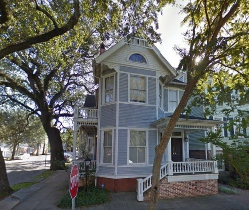 Big Blue House Upper Near Forsyth Park Apartments For Rent In Savannah Big Blue House Renting A House Park Homes