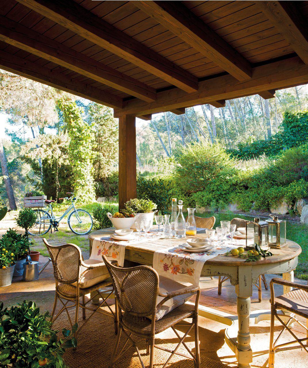 Un porche con una cubierta de pino flandes conecta la casa for Mesa porche
