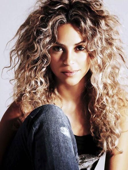 Curly Shakira Naturlich Lange Dunkle Locken Blond Gross Lockige Frisuren Frisuren 2018 Unordentliche Frisur