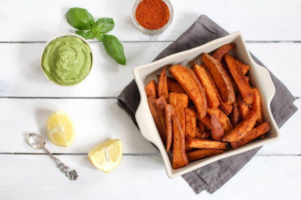 Harissa-Süßkartoffel-Ecken mit scharfem Avocado-Dip
