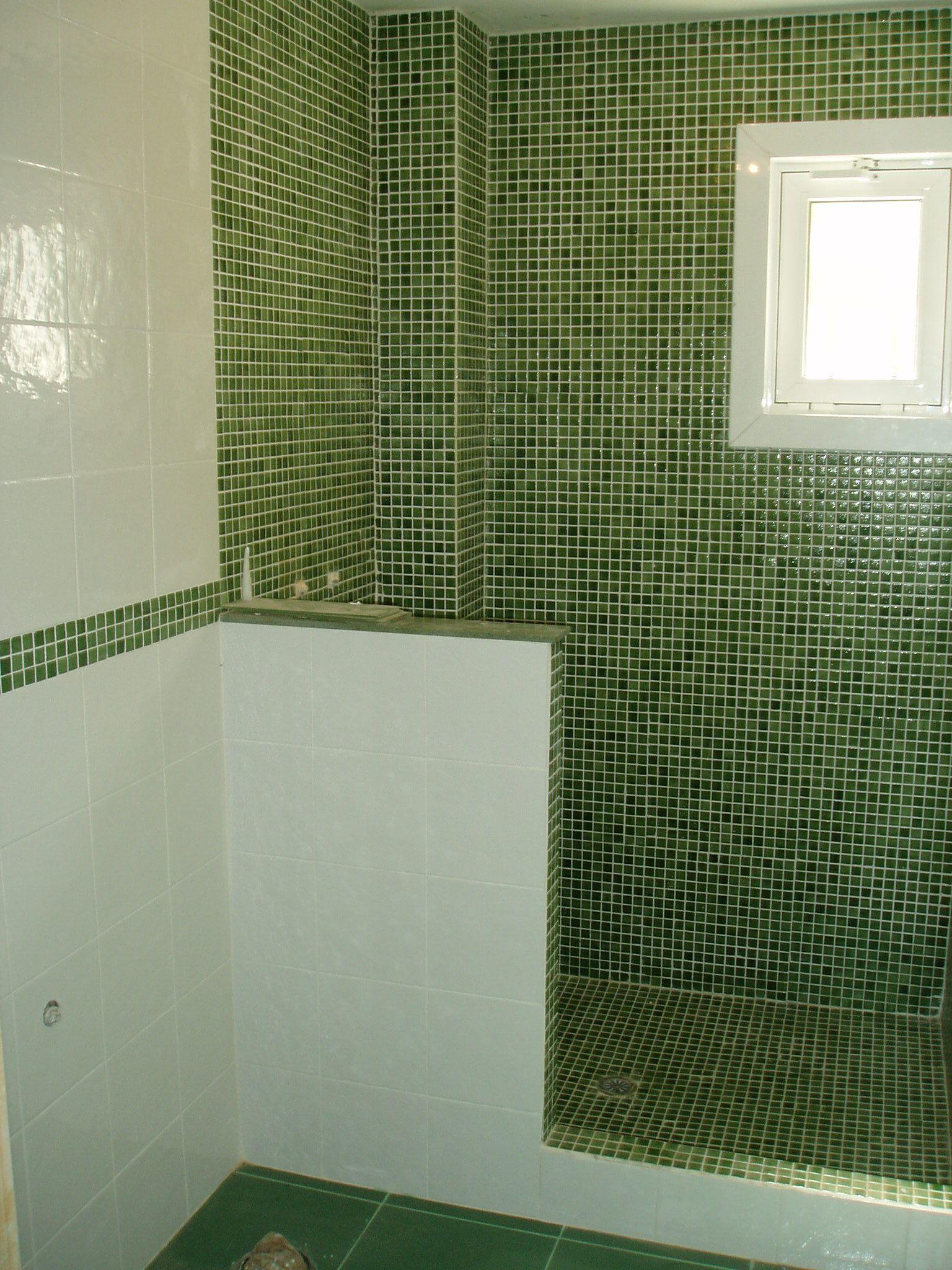 Baño gresite verde en combinación con azulejo blanco. Reforma ...