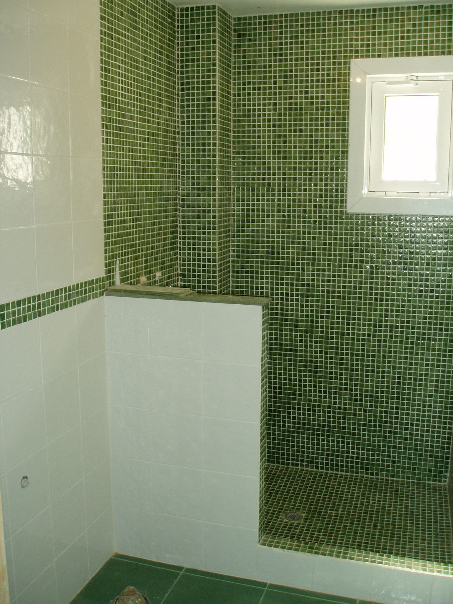 Ba o gresite verde en combinaci n con azulejo blanco - Bano azulejo blanco ...