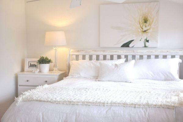 schlafzimmer wei blume gemlde ber bett - Weie Schlafzimmer