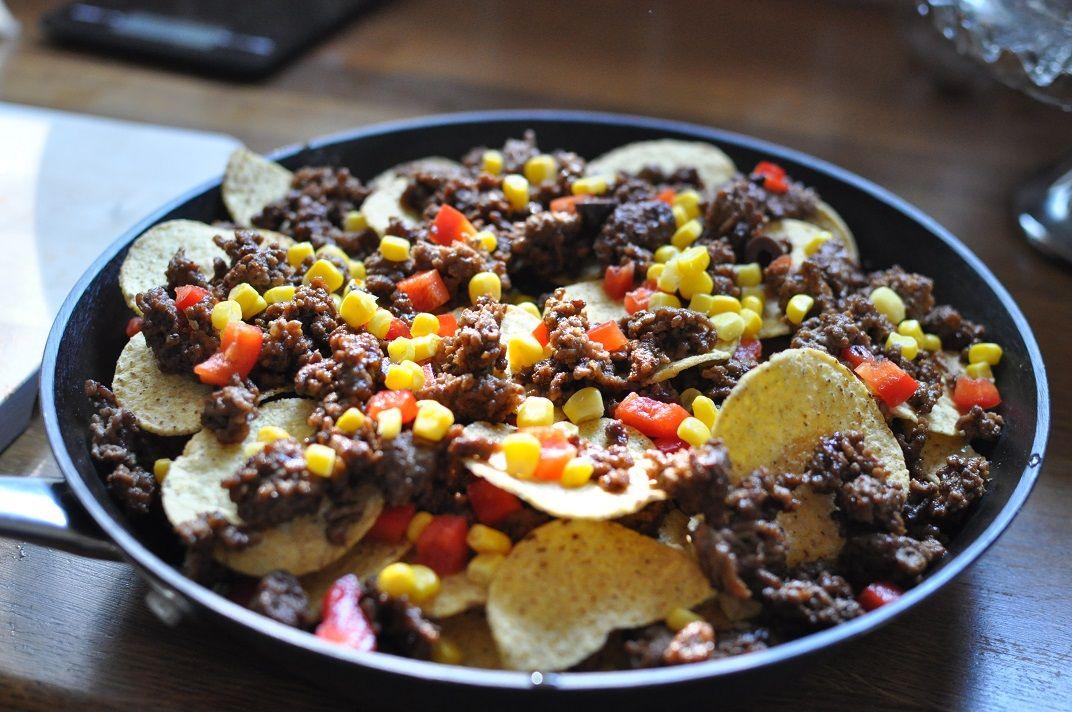 Jag har kommit på ett sånt otroligt gott sätt att äta nachos – i gjutjärnspanna. Jag älskar nämligen nachos och jag beställer ofta det ute på restaurang om dom har det. Vi har ofta gjort det hemma men då lagt alla chips på en stor plåt och sen på med toppingen och in i ugnen. […]