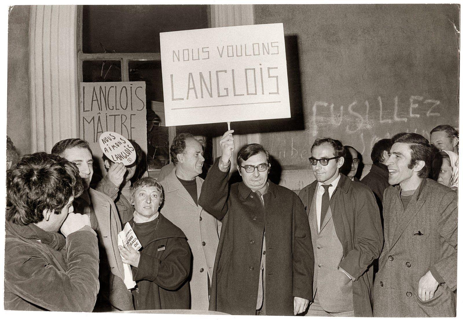 Christian Rochefort, Jean Rouch, Claude Chabrol, Jean-Luc Godard et Henri Attal lors d'une manifestation de soutien à Langlois, rue d'Ulm, le 11 février 1968, DR © Collection La Cinémathèque française