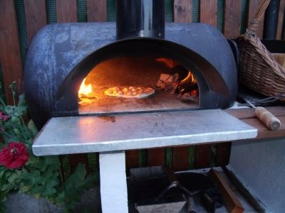 Old hot water tank converted into pizza oven four a pain for Construire un four a pizza exterieur