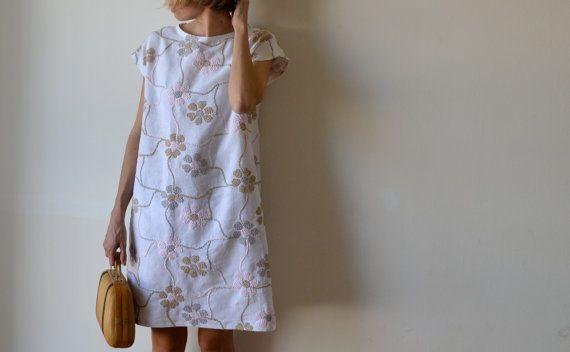 Abito tunica in lino con ricamo floreale. Maniche di MuguetMilan