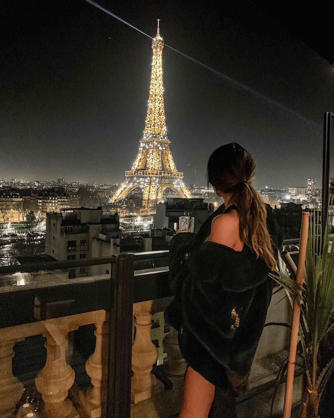 Femeie malga? a intalnire Paris)