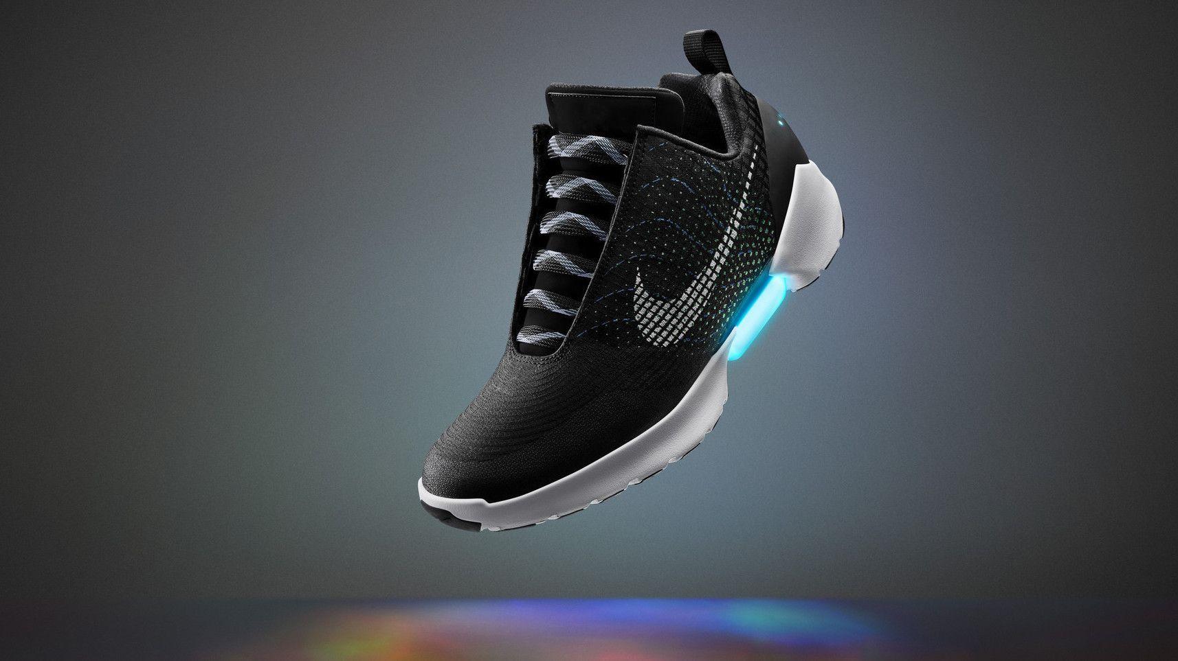 """Geek-Träume werden Realität – Rund 30 Jahre nach dem Film """"Zurück in die Zukunft"""" kommen Marty McFlys Nike Air Mags, die sich selbst schnüren, auf den Markt."""