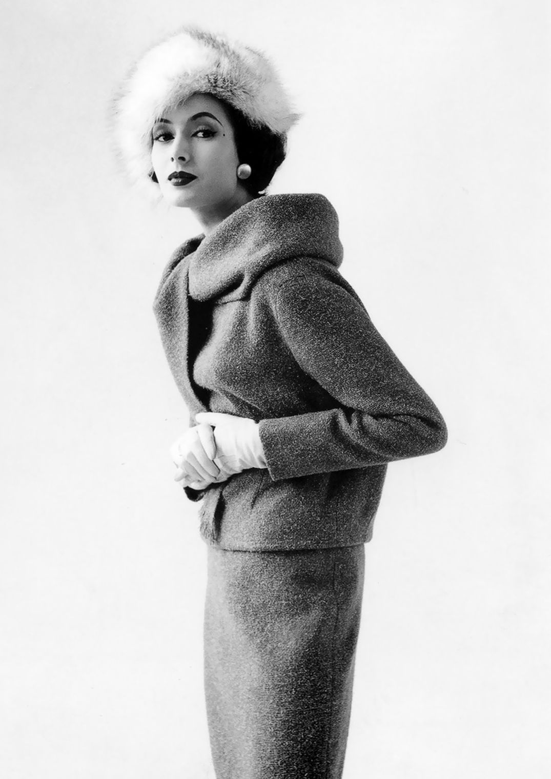 beautiful-gitta-schilling-in-suit-by-uli-richter-and-fox-hat-by-schrank-photo-by-rico-puhlmann-french-vogue-august-1958.jpg 1 075×1 520 pikseliä