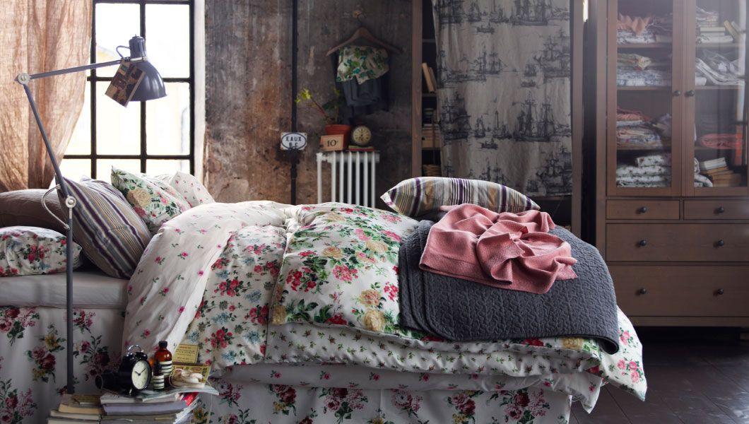 Superweich; ein bequemes Bett mit vielen Textilien wie buntem EMMIE - schlafzimmer landhausstil ikea