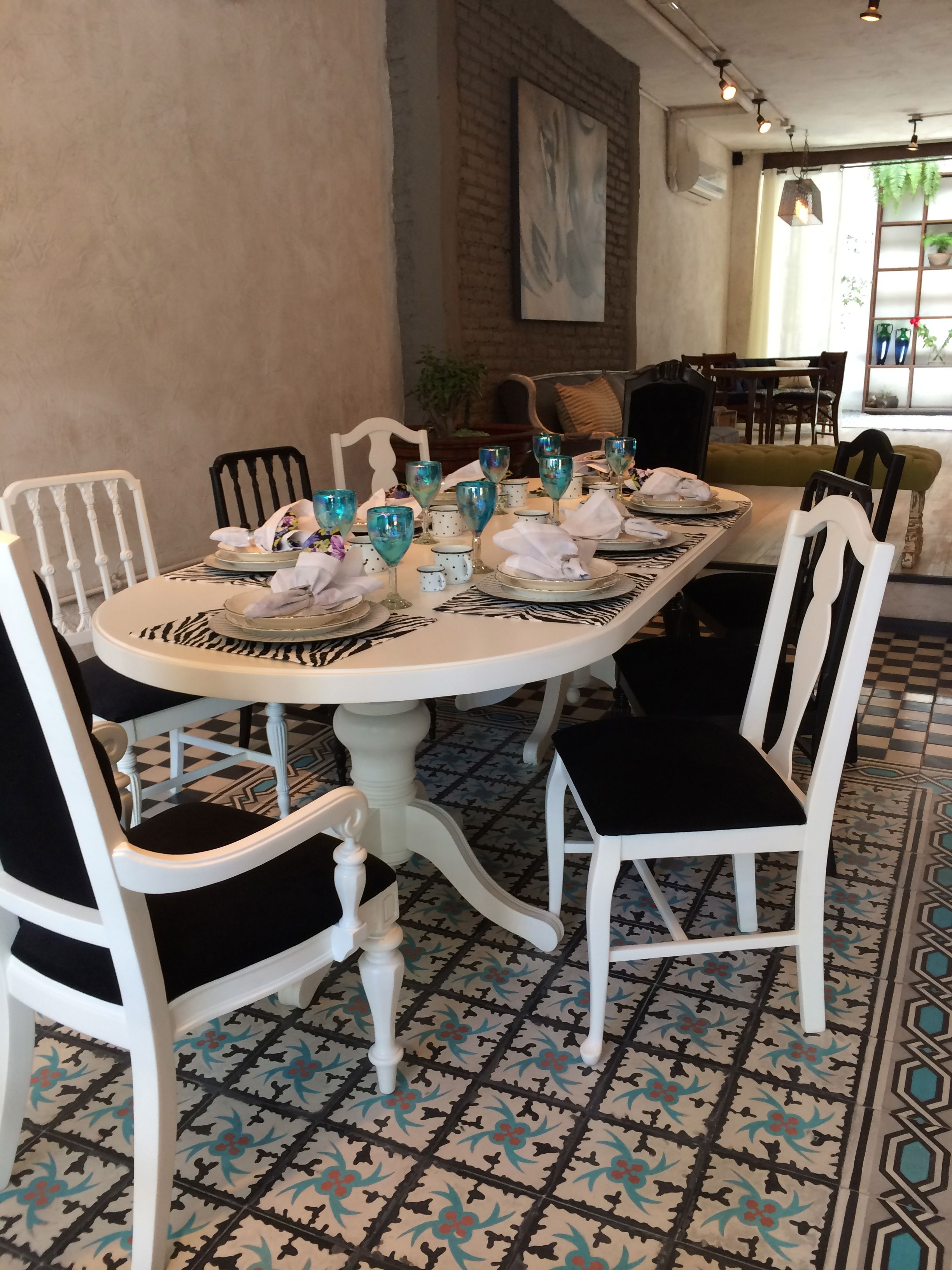Comedor estilo vintage, mesa blanca con sillas combinadas, vajilla ...