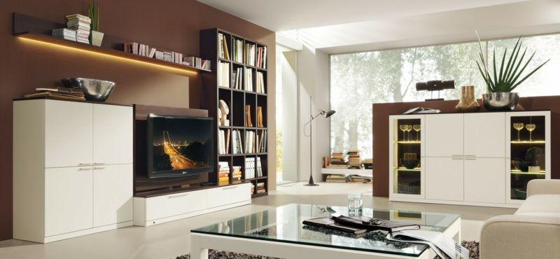 Braune Wandgestaltung Im Wohnzimmer Mit Weißen Möbeln