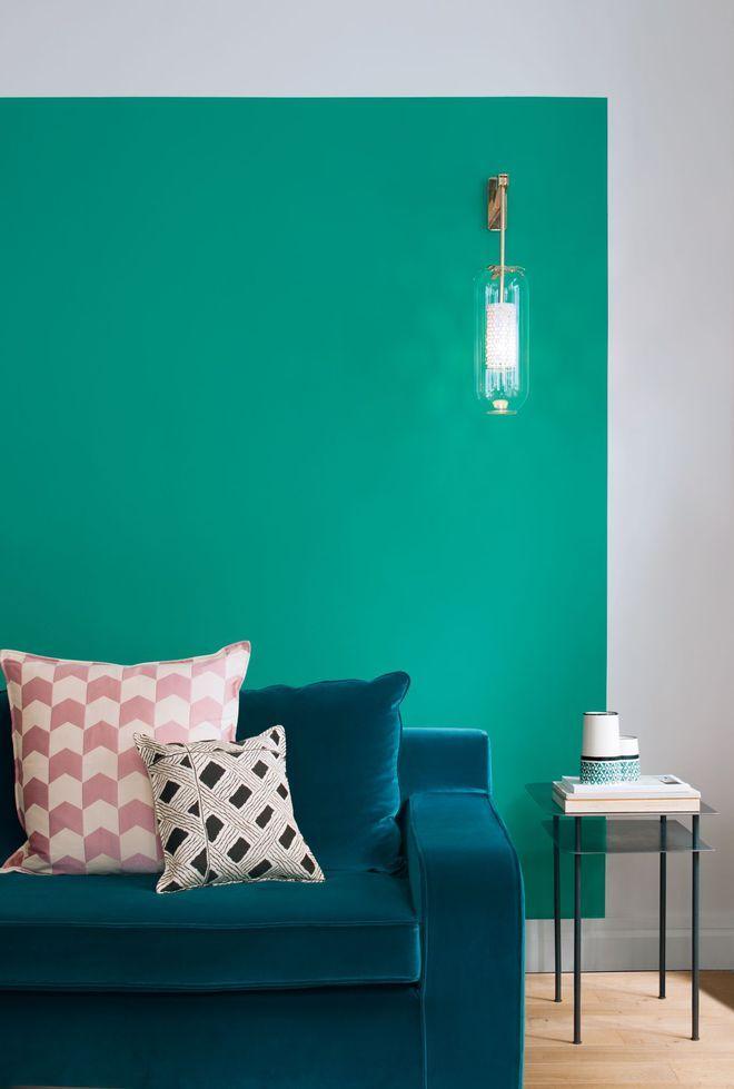 Un bleu turquoise lumineux pour un salon estival   Mur peint ...