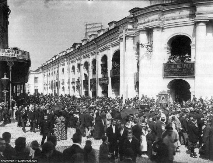 Lomonosova street 1900 - the mass religious holiday.