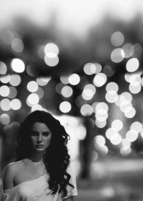 Lana Del Rey Is An American Singer Songwriter Shes So Famous And A Lot Of People Loves Her Lets Take Look About Lanas Black White Photos
