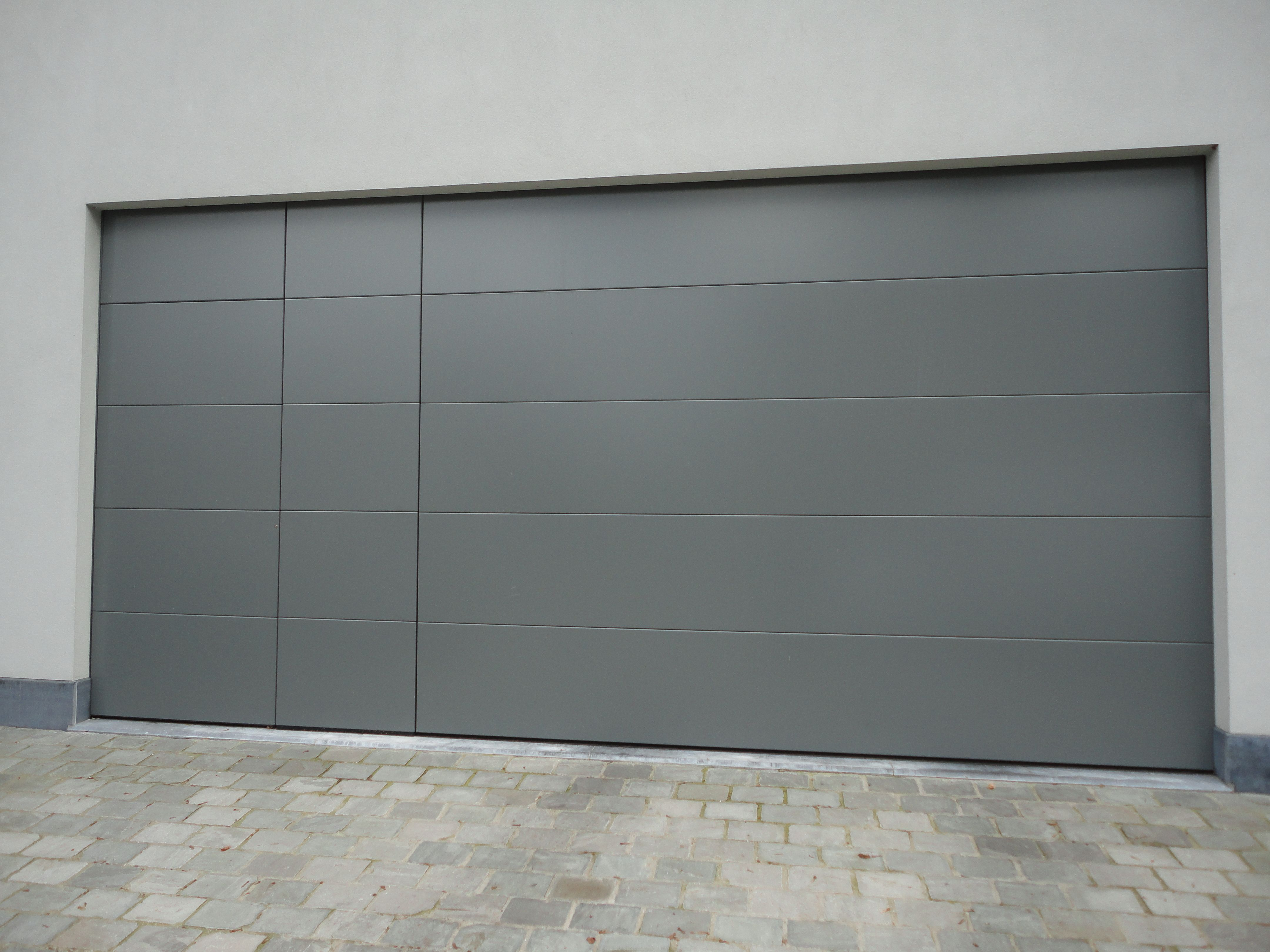 garagepoort sectionaalpoort met deur poort en vaste wand in hetzelfde vlak aluminium. Black Bedroom Furniture Sets. Home Design Ideas