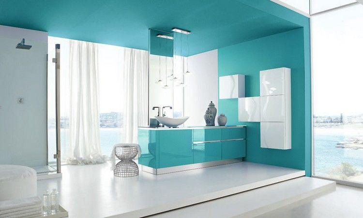 salle de bain italienne en bleu et blanc, modules de rangement - peindre plafond salle de bain