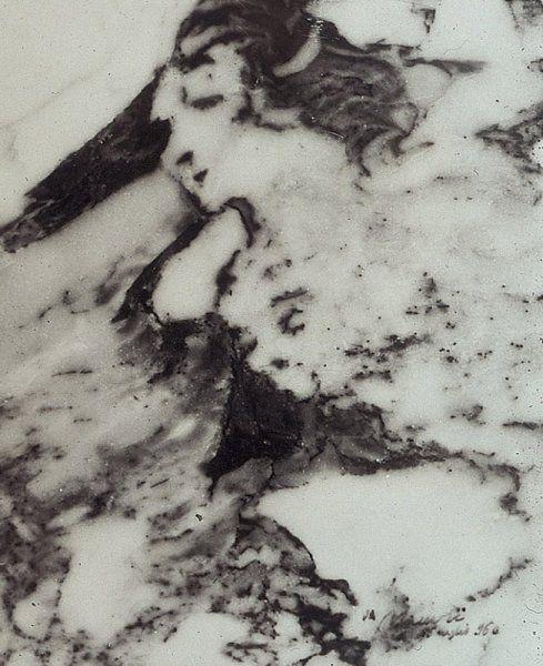 La Naturaleza lo hizo. Tabla cortada de un bloque de extraído en Seravezza que muestra la imagen de la dama de mármol
