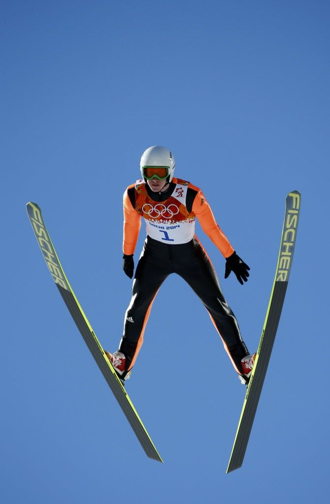 Eygeniy Klimov, da Rússia, durante prova dos saltos de esqui. Foto: Michael Dalder/Reuters