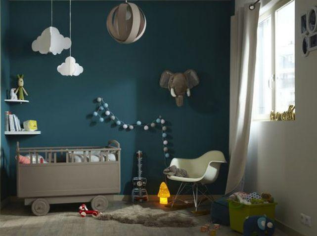 chambre bebe avec mur bleu canard