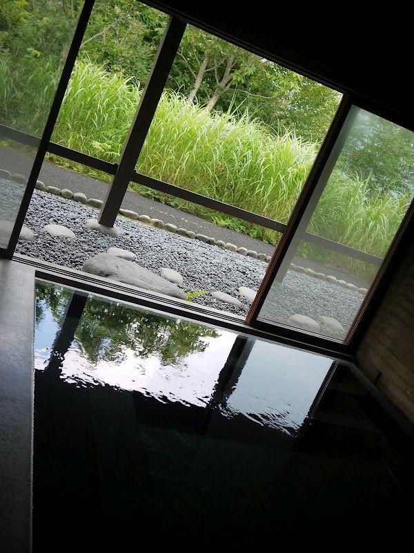 「光の館」にある光(?)の風呂。夜入ると、なんと光ファイバーで怪しく光り出すのだそうだ!ここは宿泊も可能。施設自体は近代的で、むしろ豪華な部類です