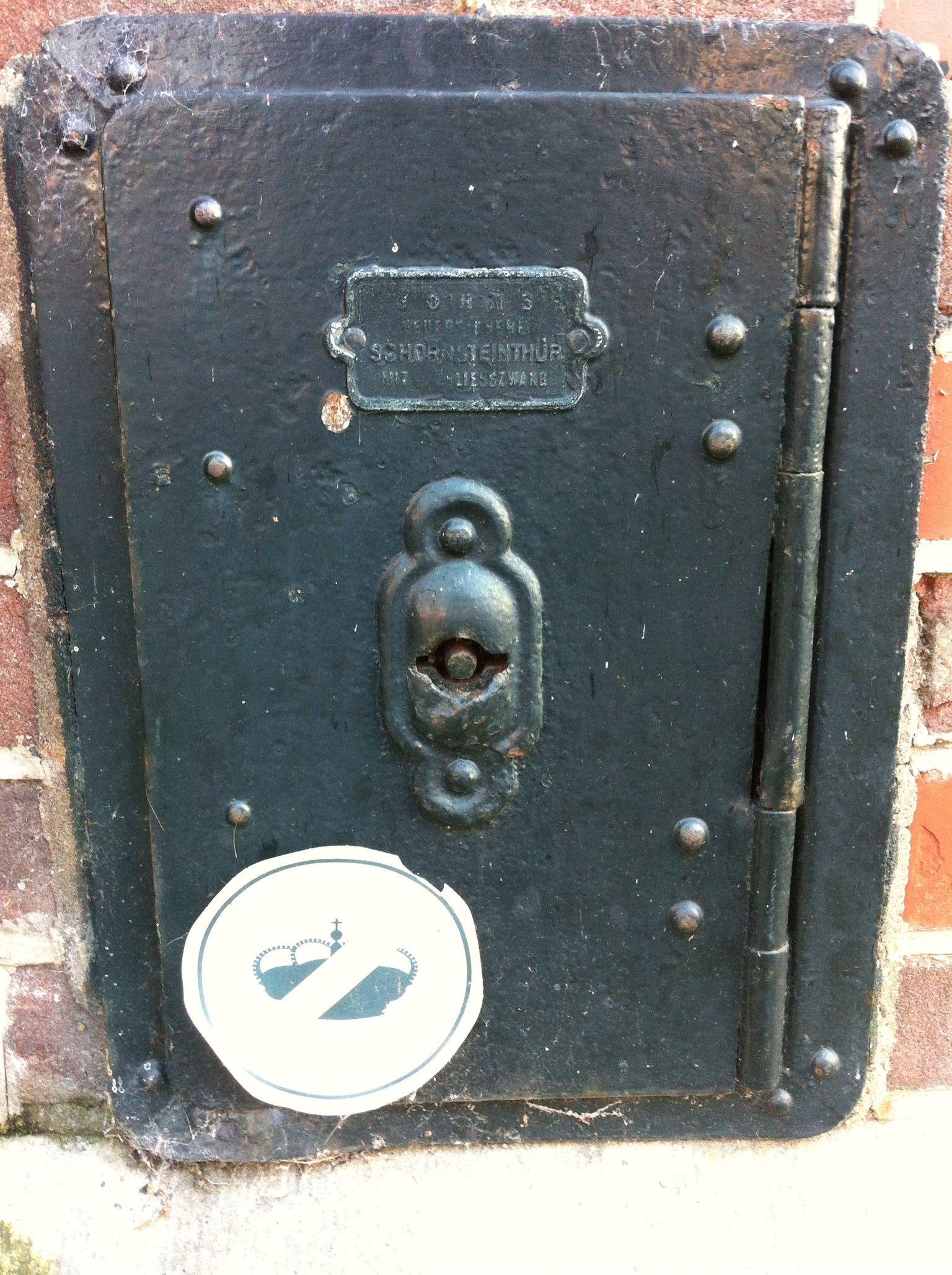 Dag10 Wat zou er zo belangrijk zijn, dat het in een gevel achter slot en grendel gehouden moet worden? foto 2